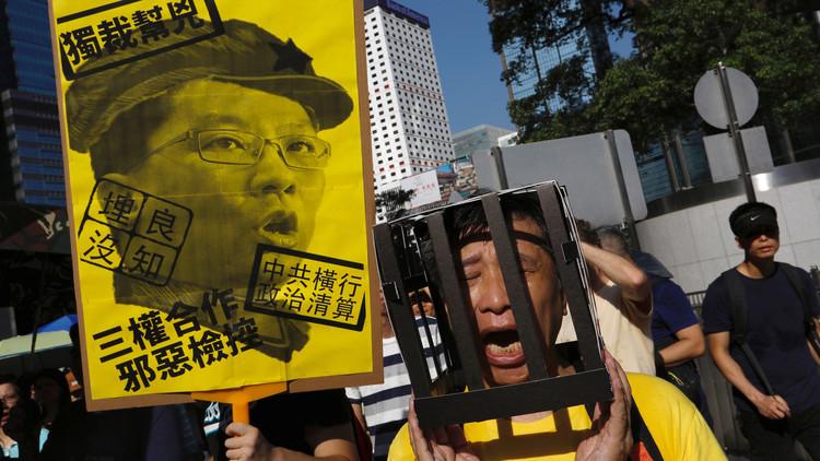 احتجاج الآلاف في هونغ كونغ على حبس ناشطين