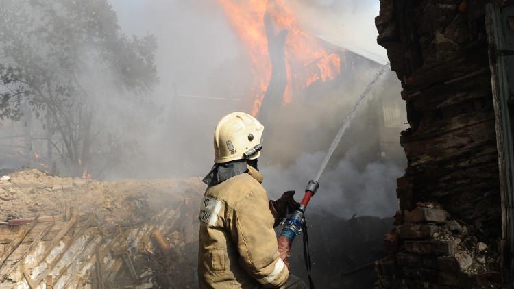 الطوارئ الروسية ترجح أن الحريق الضخم في جنوب روسيا كان متعمدا