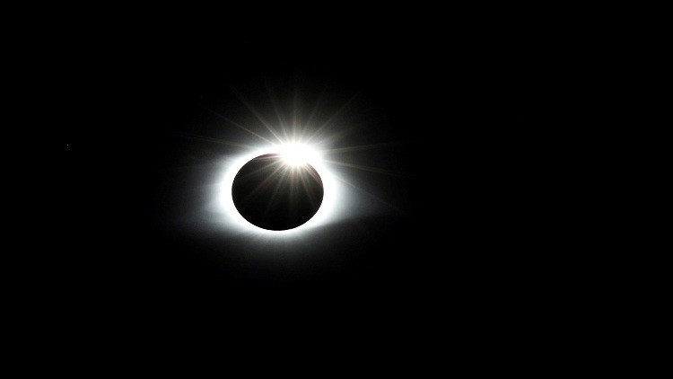 الشمس والقمر يأسران الإنترنت!
