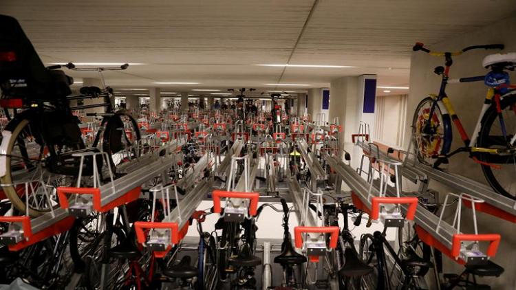 هولندا تبني أكبر مرآب للدراجات في العالم!