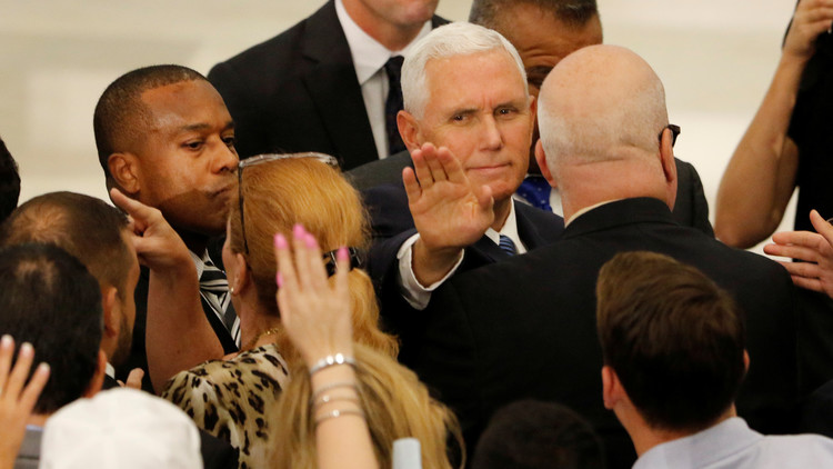 عسكريون في حاشية نائب الرئيس الأمريكي في ورطة بسبب نساء!