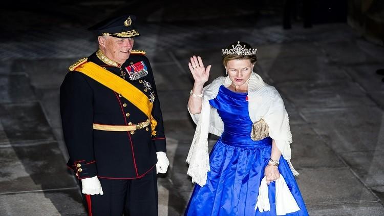 ملكة النرويج تخرج في نزهة مع اللاجئين