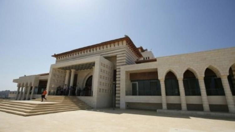 عباس يحول قصرا رئاسيا إلى مكتبة