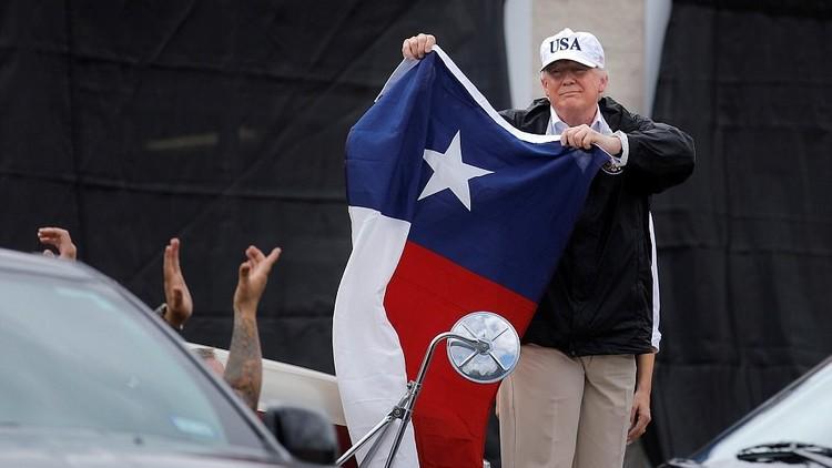 ترامب يعد بمساعدة تكساس على طريقها