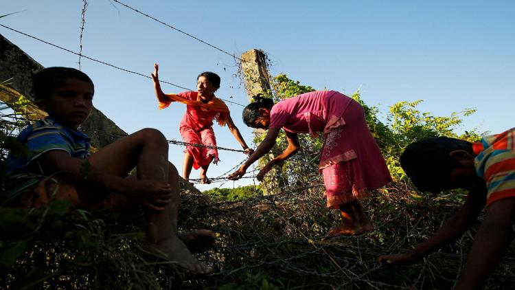 آلاف الروهينغا يفرون نحو الحدود مع اشتداد العنف في ميانمار