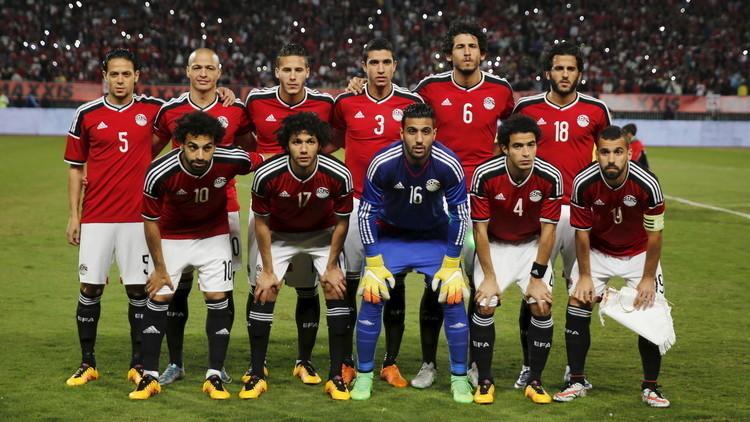 بالصور.. المنتخب المصري يذبح عجلا قبل مواجهته الحاسمة مع أوغندا