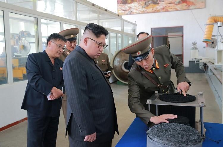 بالصور.. بيونغ يانغ تطور صاروخا باليستيا يطال واشنطن ونيويورك!