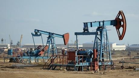 النفط يرتفع وسط أنباء عن فرض عقوبات على قطاع النفط الفنزويلي