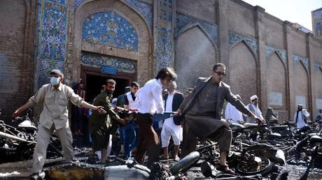 صورة أرشيفية لموقع تفجير أمام مسجد في هرات الأفغانية