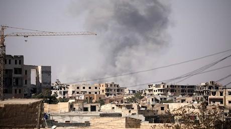 تصاعد الدخان بمدينة الرقة إثر تعرضها للقصف