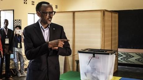 الرئيس الرواندي الحالي بول كاغامي يدلي بصوته في الانتخابات الرئاسية أمس الجمعة