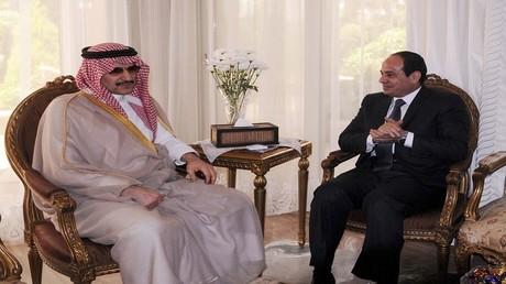 أرشيف – الرئيس المصري عبد الفتاح السيسي والأمير السعودي الوليد بن طلال