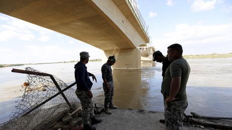"""جنود عراقيون في موقع """"مجزرة سبايكر"""" على ضفاف دجلة"""