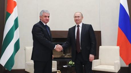 الرئيسان الروسي فلاديمير بوتين والأبخازي راؤول خاجيمبا