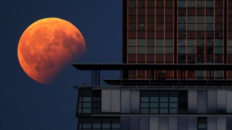 الخسوف القمري الجزئي يظهر بجانب مبنى في العاصمة الألمانية برلين.