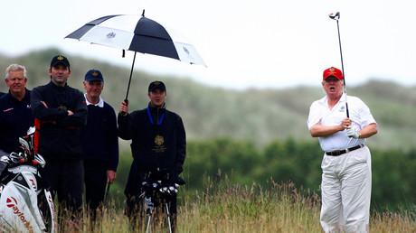 دونالد ترامب يلعب الغولف