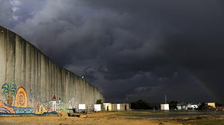 جدار عازل أقامته إسرائيل على الحدود مع الأراضي الفلسطينية