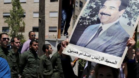 عسكريون عراقيون يرفعون صورة الرئيس العراقي الراحل صدام حسين-أرشيفية