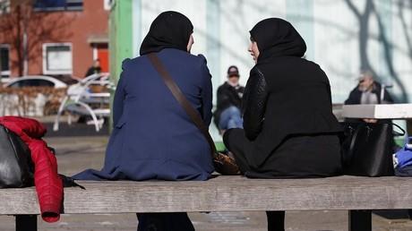نسوة يرتدين حجابا
