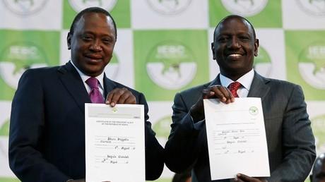 الرئيس الكيني أوهورو كينياتا - على اليسار -