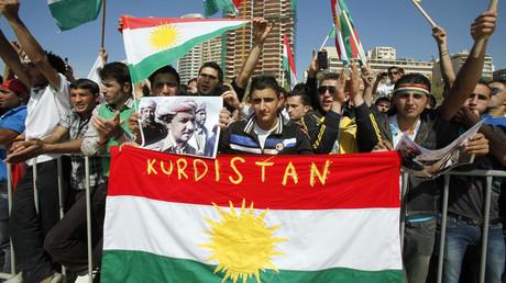 نشطاء أكراد يحملون صورة مسعود بارزاني - صورة أرشيفية