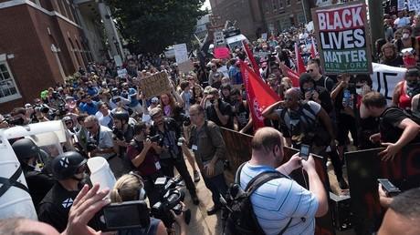 متظاهرون في فرجينيا بالولايات المتحدة