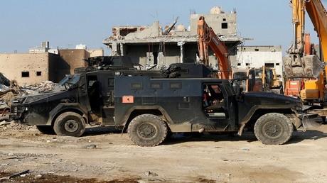 مركبات تابعة للقوات السعودية في بلدة العوامية بعد حملة أمنية ضد مسلحين في الجزء الشرقي من المملكة العربية السعودية