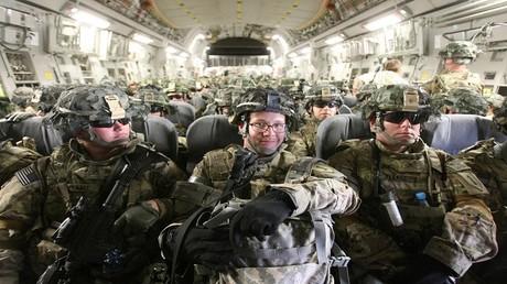 أرشيف - العسكريون الأمريكيون يتوجهون إلى أفغانستان