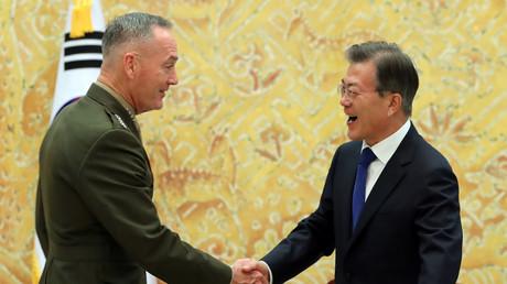 اجتماع بين رئيس كوريا الجنوبية مون جاي إن ورئيس هيئة الأركان المشتركة الأمريكية روبرت دانفورد