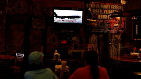 مواطنون يطلعون على آخر الأخبار في إحدى مطاعم جزيرة غوام
