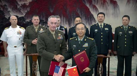 جوزيف دانفورد وفان فين هوي يوقعان على اتفاقية إنشاء آلية الحوار الاستراتيجي بين القوات المسلحة الأمريكية والصينية، بكين 15/8/2017