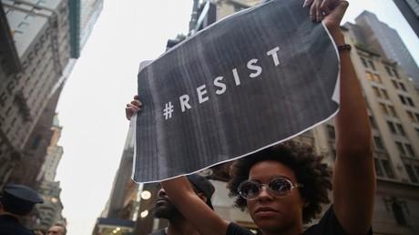مظاهرات أمام برج ترامب للتنديد بموقفه من أعمال العنف بولاية فرجينيا