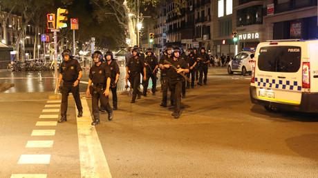 عناصر من الشرطة الإسبانية في موقع عملية الدهس في برشلونة