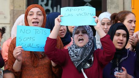 أقارب المشتبه بهم في تنفيذ هجمات كاتالونيا يشاركون في مظاهرة ضد الإرهاب في بلدة ريبول