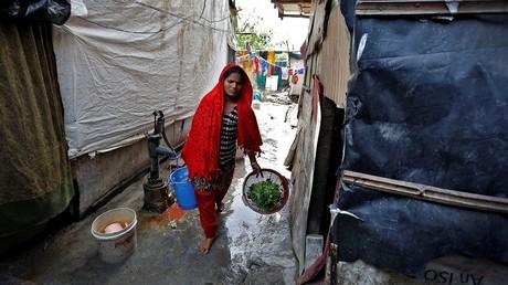 امرأة من الروهينغا تحمل خضارا - أرشيف -