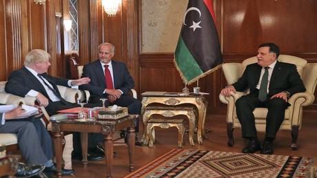 رئيس حكومة الوفاق الوطني الليبية لدى اجتماعه بوزير الخارجية البريطاني في طرابلس
