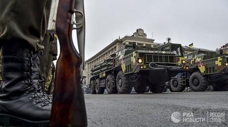أليات عسكرية تشارك في العرض العسكري في العاصمة الأوكرانية