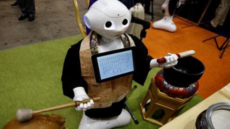 روبوت بديل للكهنة البوذيين في الجنائز!