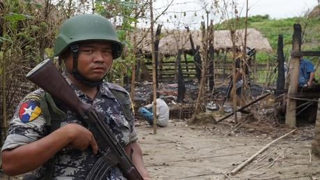 أرشيف - عنصر من شرطة ميانمار في مهمة بولاية راخين