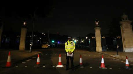 عنصر من الشرطة البريطانية أمام قصر بكنغهام