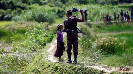 عنصر من القوات البنغالية على الحدود مع ميانمار