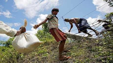 مواطنون من أقلية الروهينغا المسلمة يحاولون الفرار إلى بنغلاديش