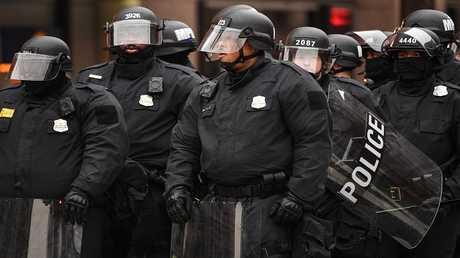 أرشيف - رجال شرطة واشنطن في مهمة