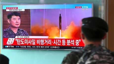 أرشيف - جندي كوري جنوبي يشاهد تقريرا عن تجربة إطلاق صاروخ باليستي كوري شمالي