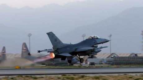 مقاتلة أمريكية تقلع من قاعدة في أفغانستان لتنفيذ مهمة قتالية