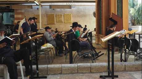 يهود يصلون داخل الحرم الإبراهيمي