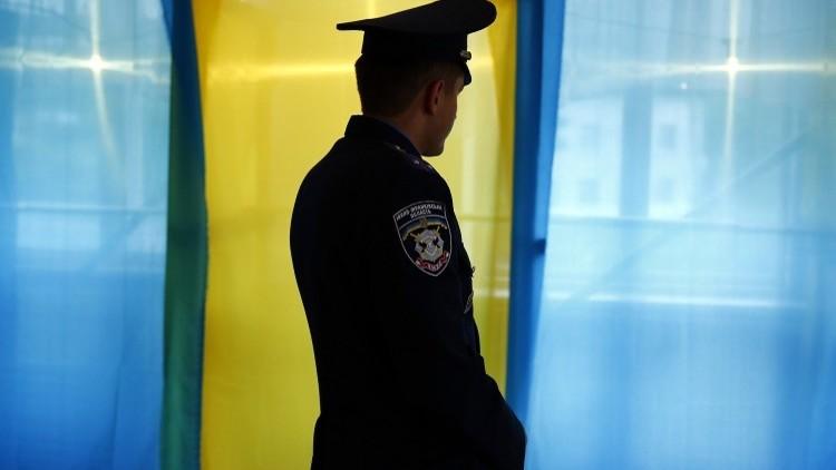 شرطيون أوكرانيون يسرقون مدربهم الكندي
