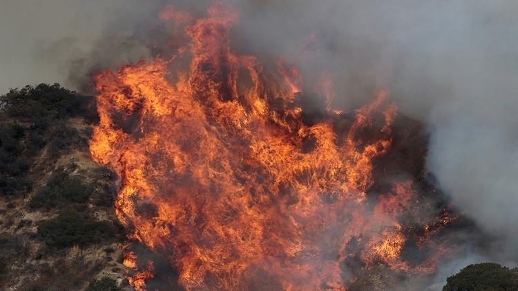 إخلاء أكثر من 500 منزل في لوس أنجلوس جراء حريق ضخم