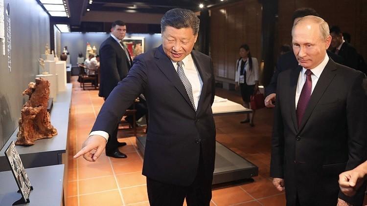 بوتين وشي جين بينغ يطلعان على تحف من التراث الثقافي الصيني