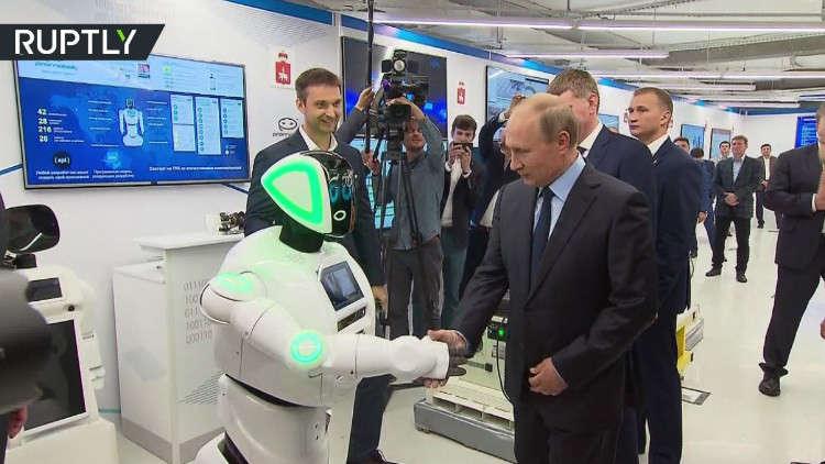 بوتين يصافح روبوتا!